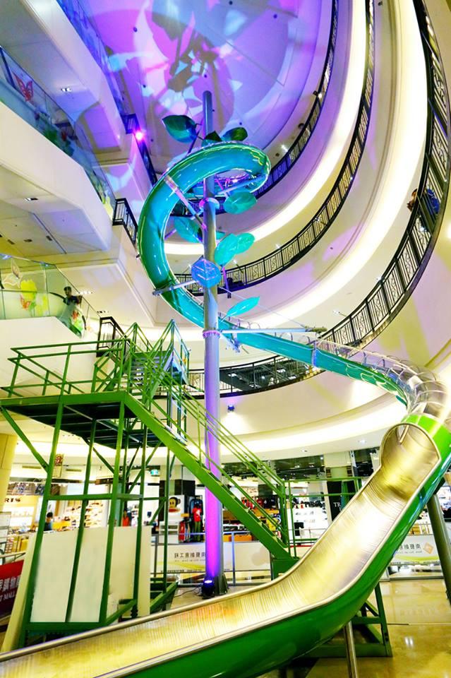 義大世界購物廣場高4層樓的螺旋溜滑梯,宛如魔豆豆莖。圖/義大世界購物廣場臉書粉絲專頁