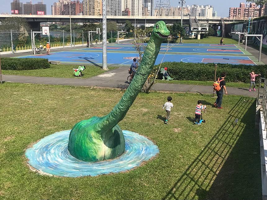 華中橋擺放擬真與Q版恐龍,最吸睛的莫過於長脖子巨型腕龍。圖/新北市觀光旅遊網