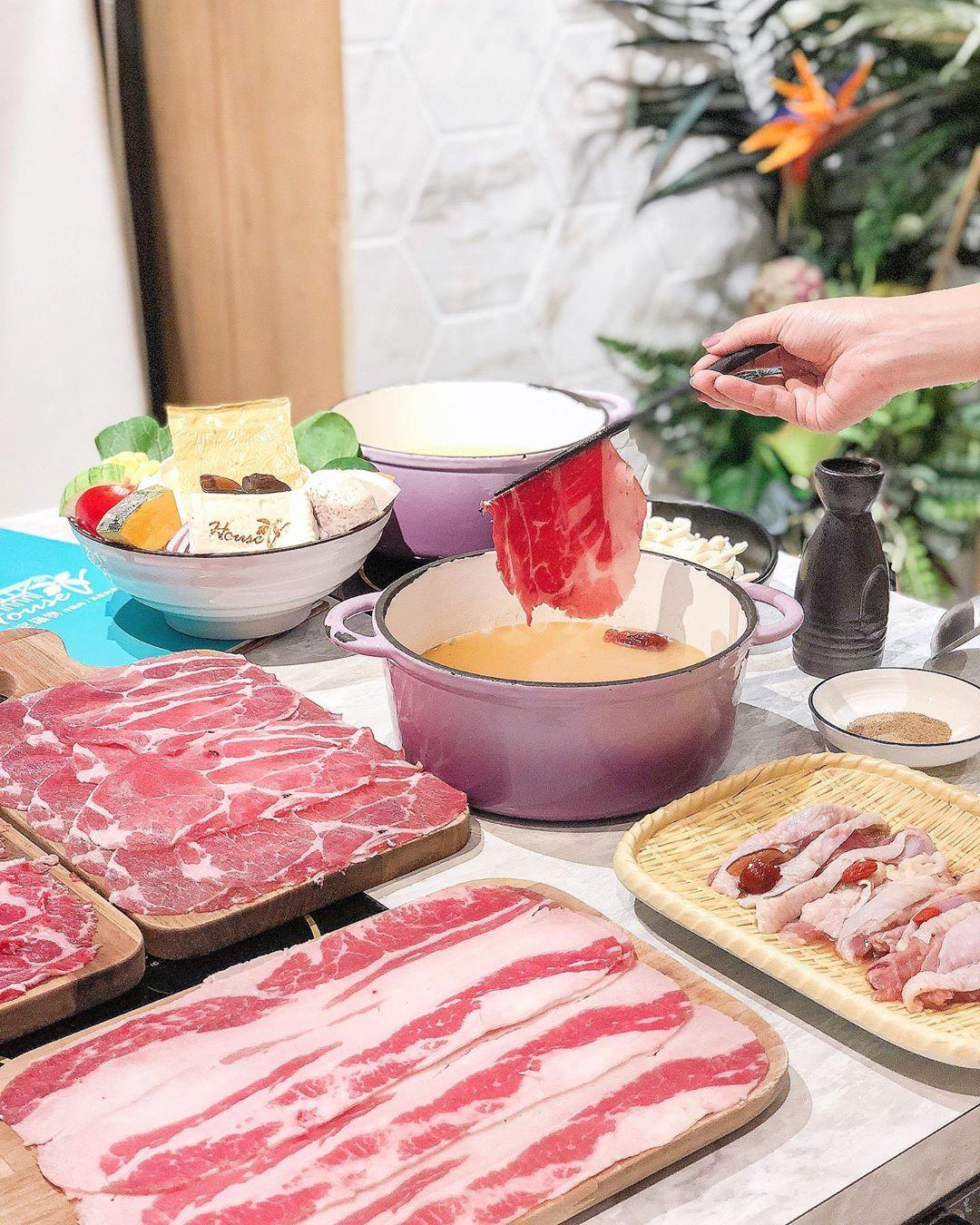 用餐空間亮麗好拍,肉品和食材的選擇也毫不馬虎!