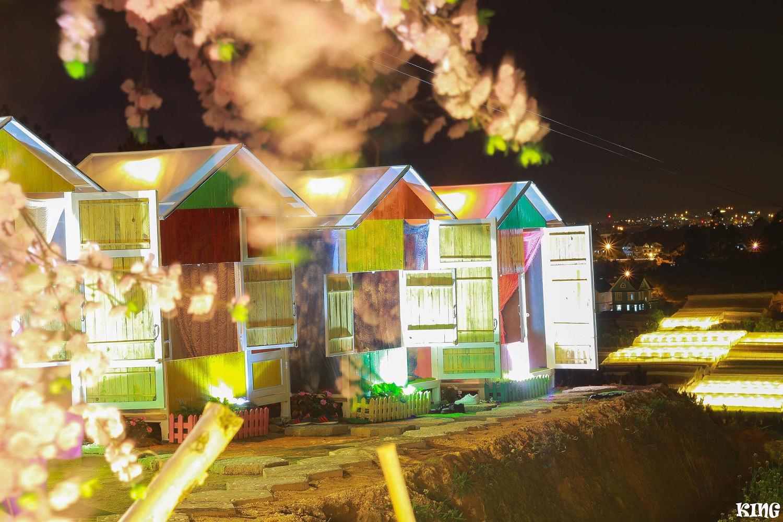 繽紛色彩的小木屋 (圖片來源:Café Nông Trại Vui Vẻ Sunny Farm – Dalat FB)