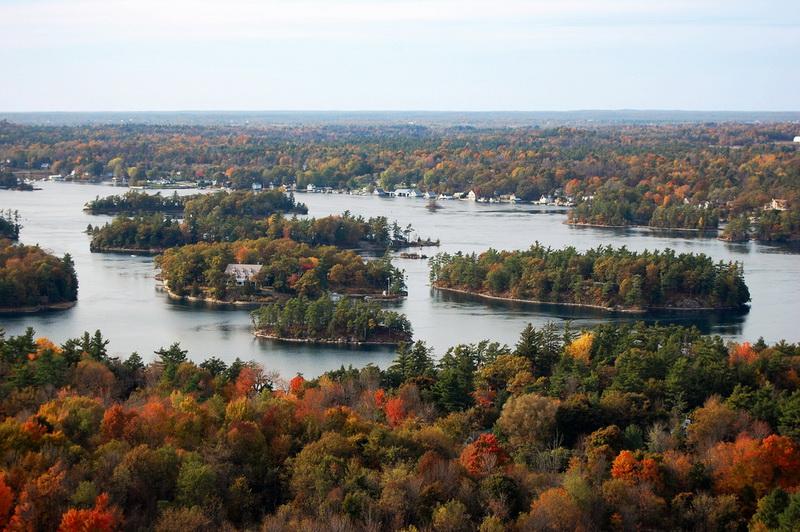 圖/位在美加邊境的千島群島,被譽為「上帝遺落在加拿大東岸的珍珠」,秋季乘遊船穿梭其間,從不同角度盡覽楓紅美景。