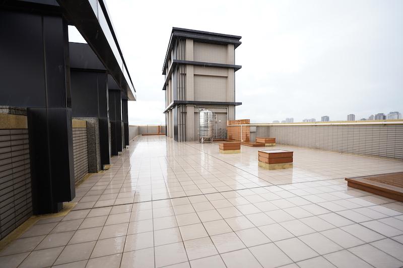 ▲頂樓經過漏水測試後,不僅發現頂樓戶會有陽台漏水現象,就連地板都出現了白華現象,影響美觀。