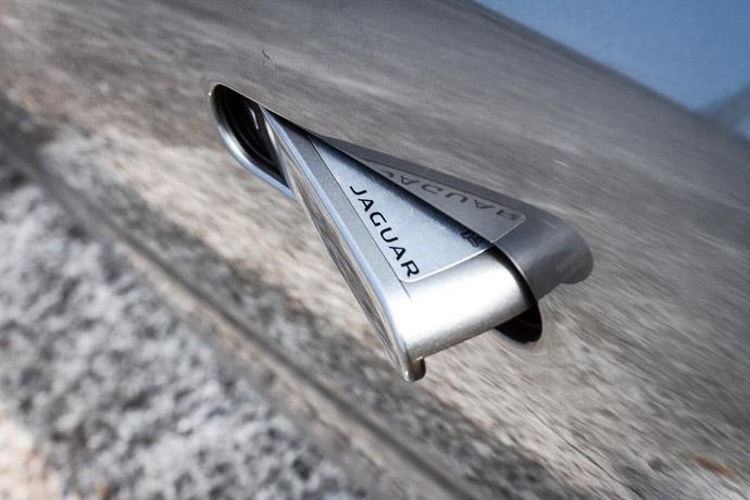 F-Type採隱藏式車門把手設計,只有在將車輛解鎖後,把手才會浮出鈑金。 版權所有/汽車視界