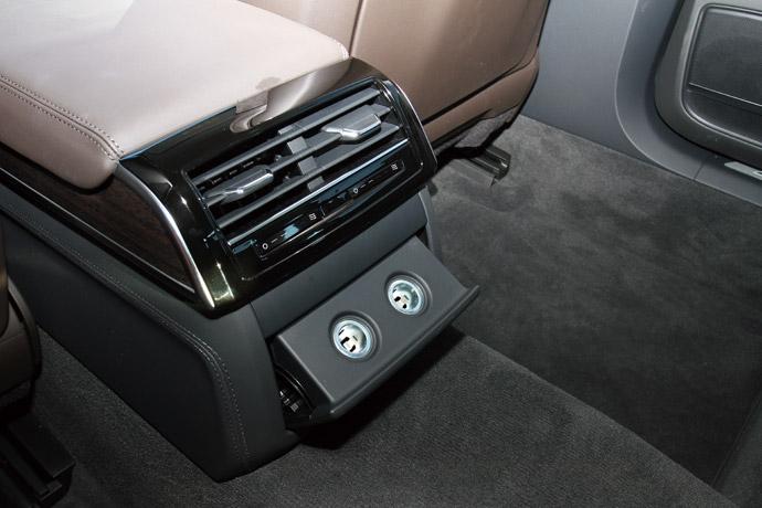 於後座冷氣口下實用方便的雙12V電源孔。 版權所有/汽車視界