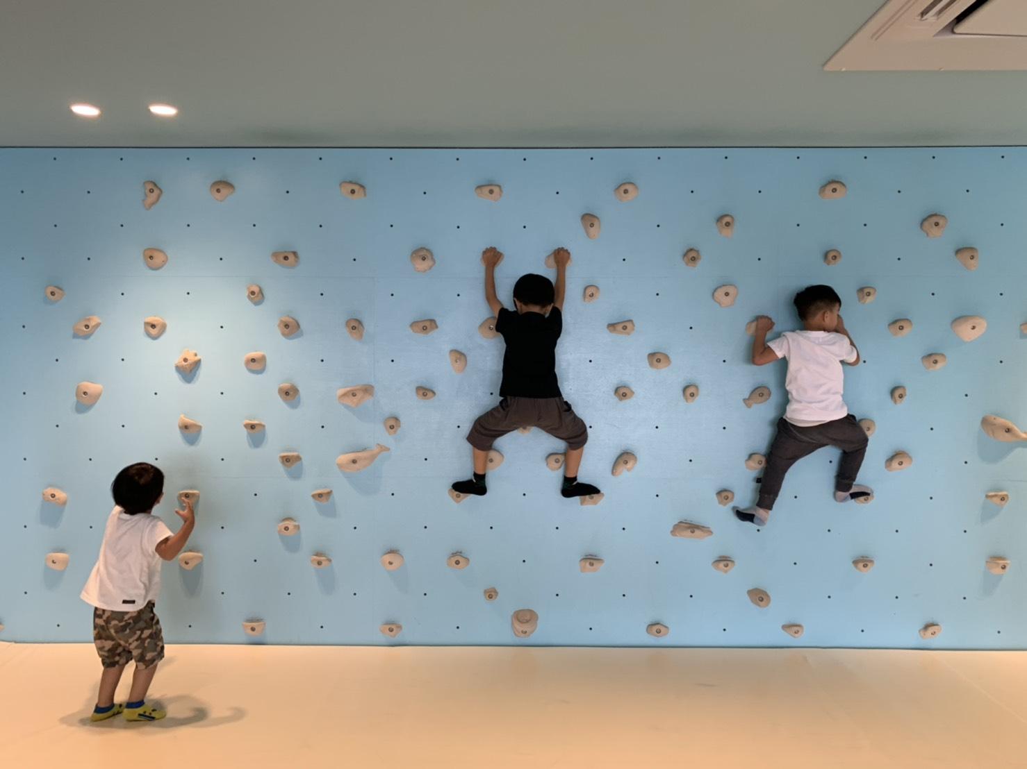 室內遊戲室的攀岩牆