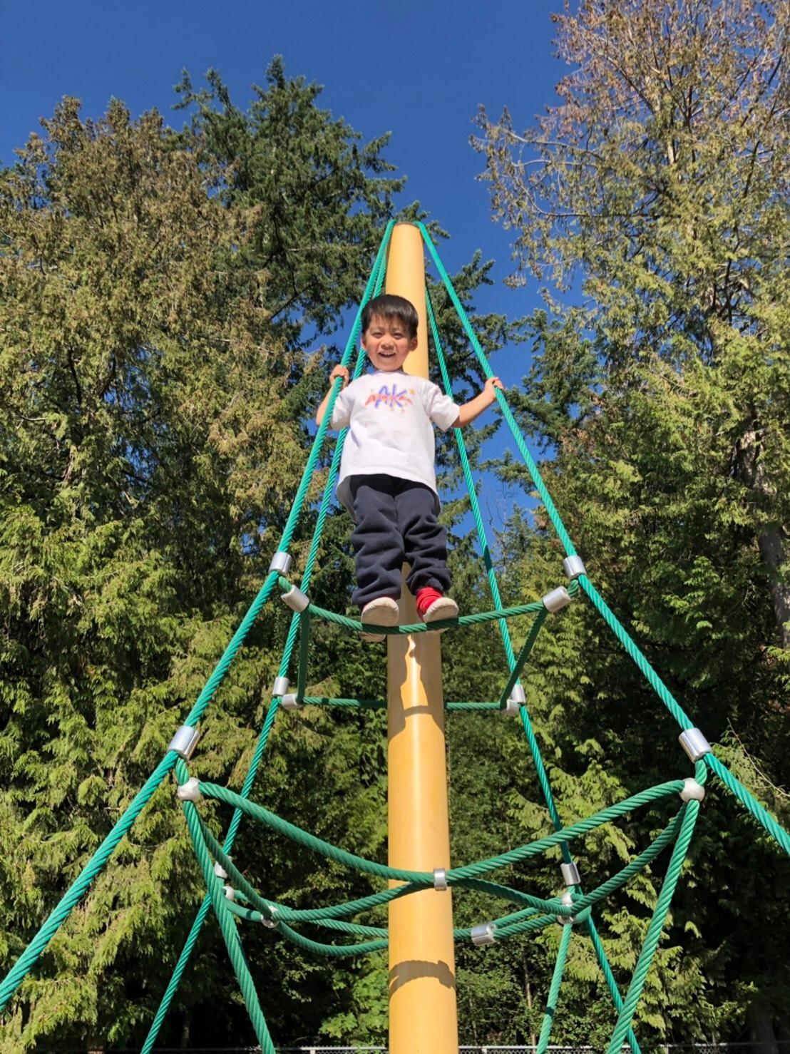 ▲兒子玩攀爬器材突然一下可以爬得很高,讓李培禎印象深刻。