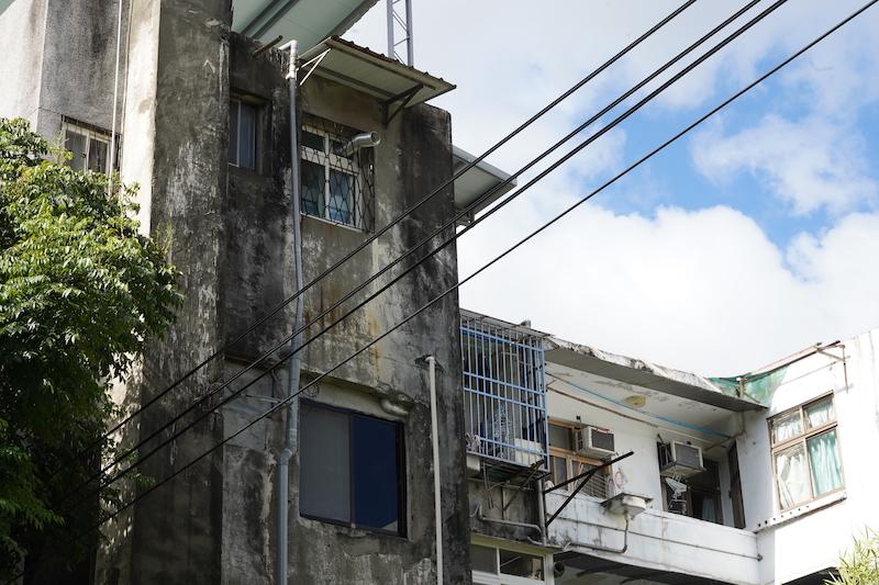 ▲窗框及有水的區域如廚房、浴室,較容易發生漏水外,建築外觀沒有貼磁磚,外牆就也很容易發生漏水問題。