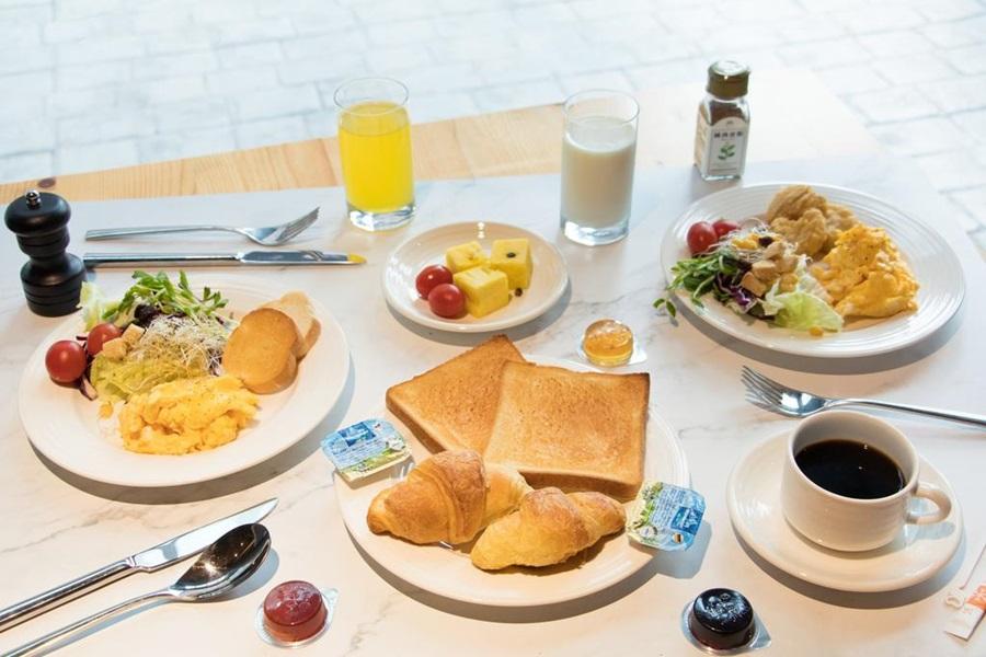 住房可選擇享用飯店內精緻早餐。圖片提供/里亞行旅