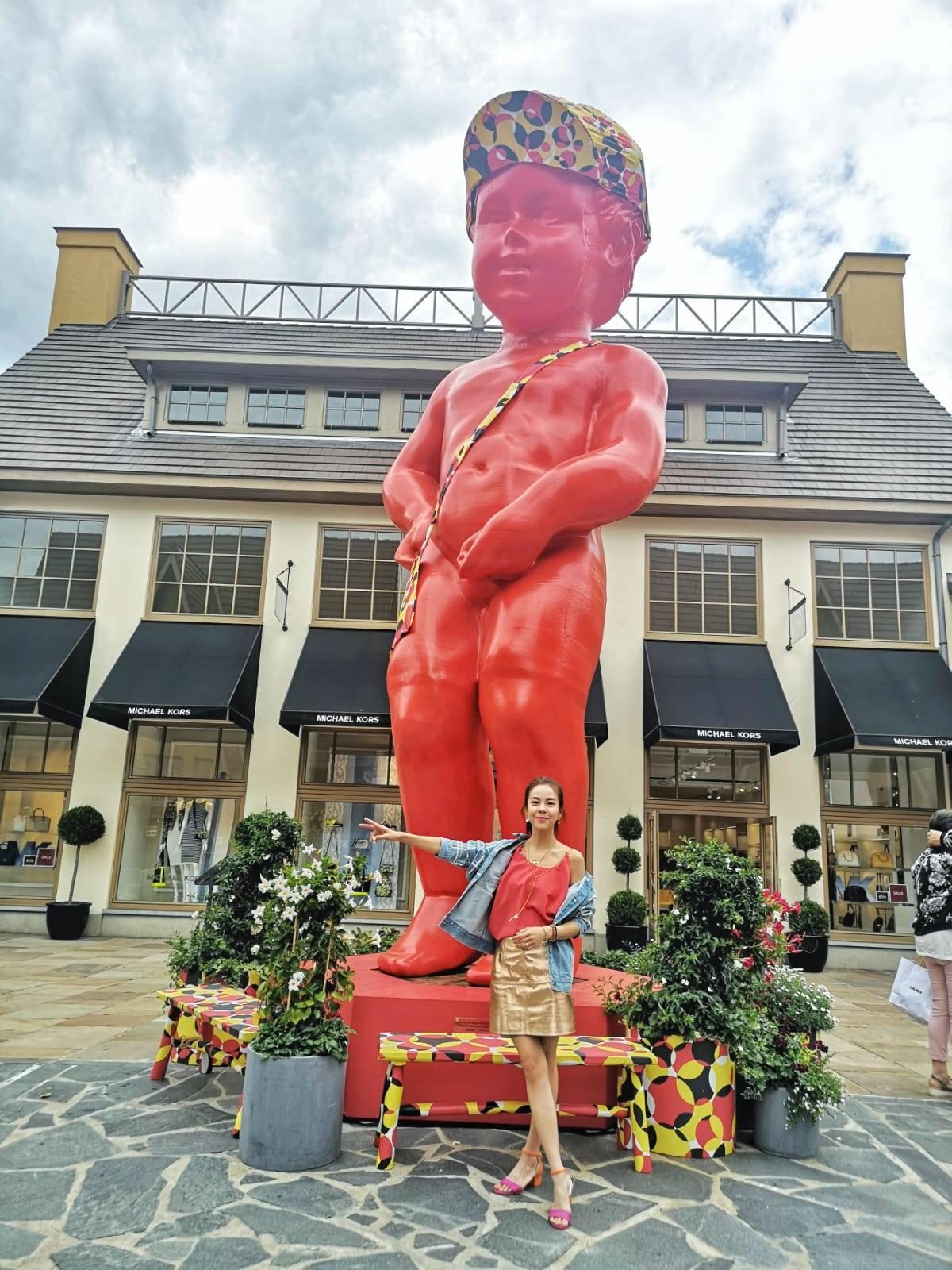 ▲劉馨如參訪法國山谷購物村(上圖)以及比利時的馬斯馬克林購物村的6公尺高尿尿小童。