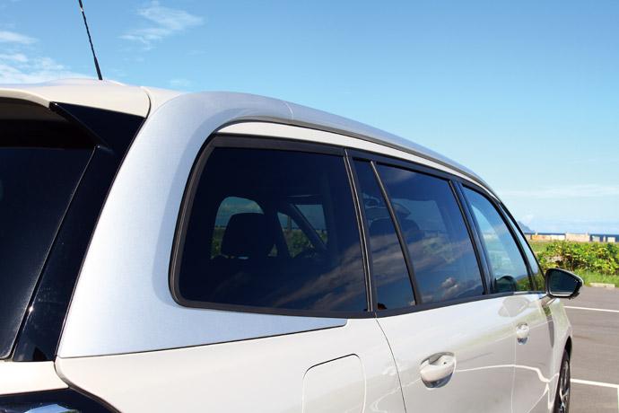 A柱以銀色烤漆向車尾延伸,內側整合車頂架。 版權所有/汽車視界