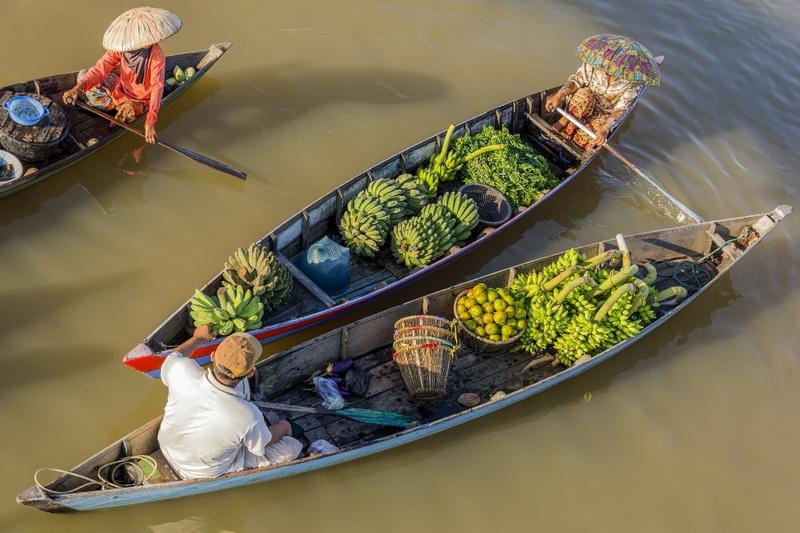 圖/色彩繽紛的蔬果猶如彩色盤點綴著水上市集。