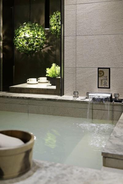 沐浴湯泉享受片刻悠閒時光。攝影/張晨晟