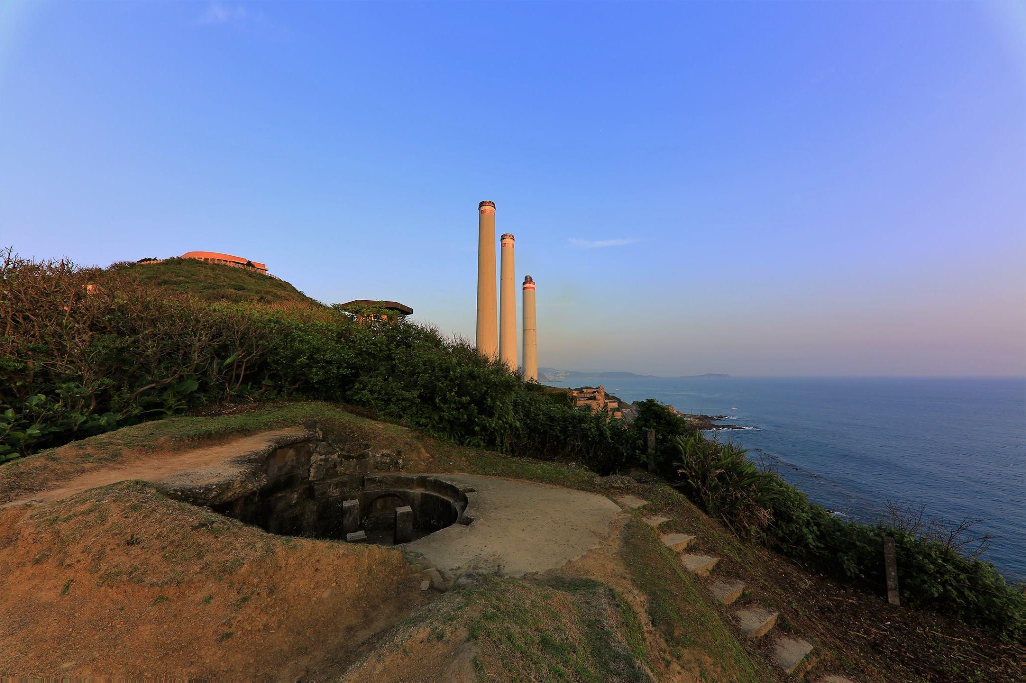 白米甕砲台為國家三級古蹟,可以看到指揮所、四座巨型砲台與觀測台一字排開的樣貌。圖/基隆旅遊網臉書粉絲專頁