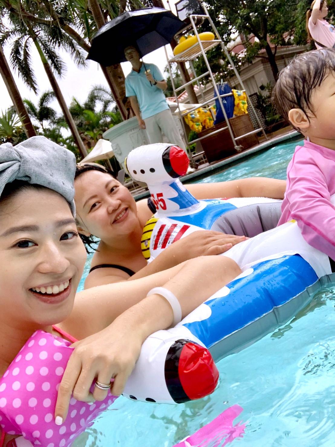 ▲因為很想玩水,所以小閃和友人特意挑選附有泳池設備的酒店。