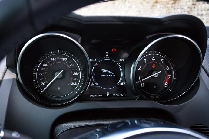 雙環式儀表板在中央整合了一組液晶顯示幕,方便駕駛者觀看任何車輛資訊。 版權所有/汽車視界
