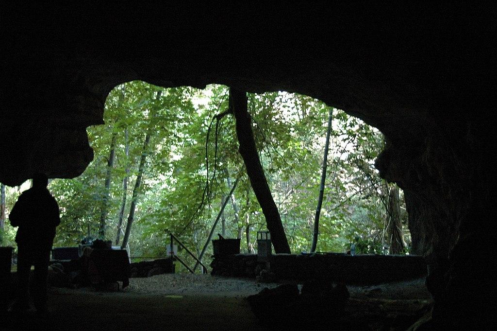 加州水晶洞 (Photo by James St. John, License: CC BY 2.0, 圖片來源www.flickr.com/photos/jsjgeology/8319815211)
