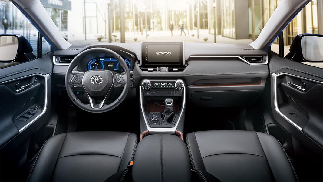 圖/2019 Toyota RAV4 2.0內裝藉以大量皮質材料與立體感處理,加上開闊的儀錶平台與高鞍部設計,輕鬆為車室打造出精緻高質感。