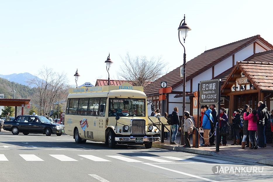 終於抵達「河口湖」站啦!如果要說富士山的旅程就是從「河口湖」站做為起點也是不為過呢~