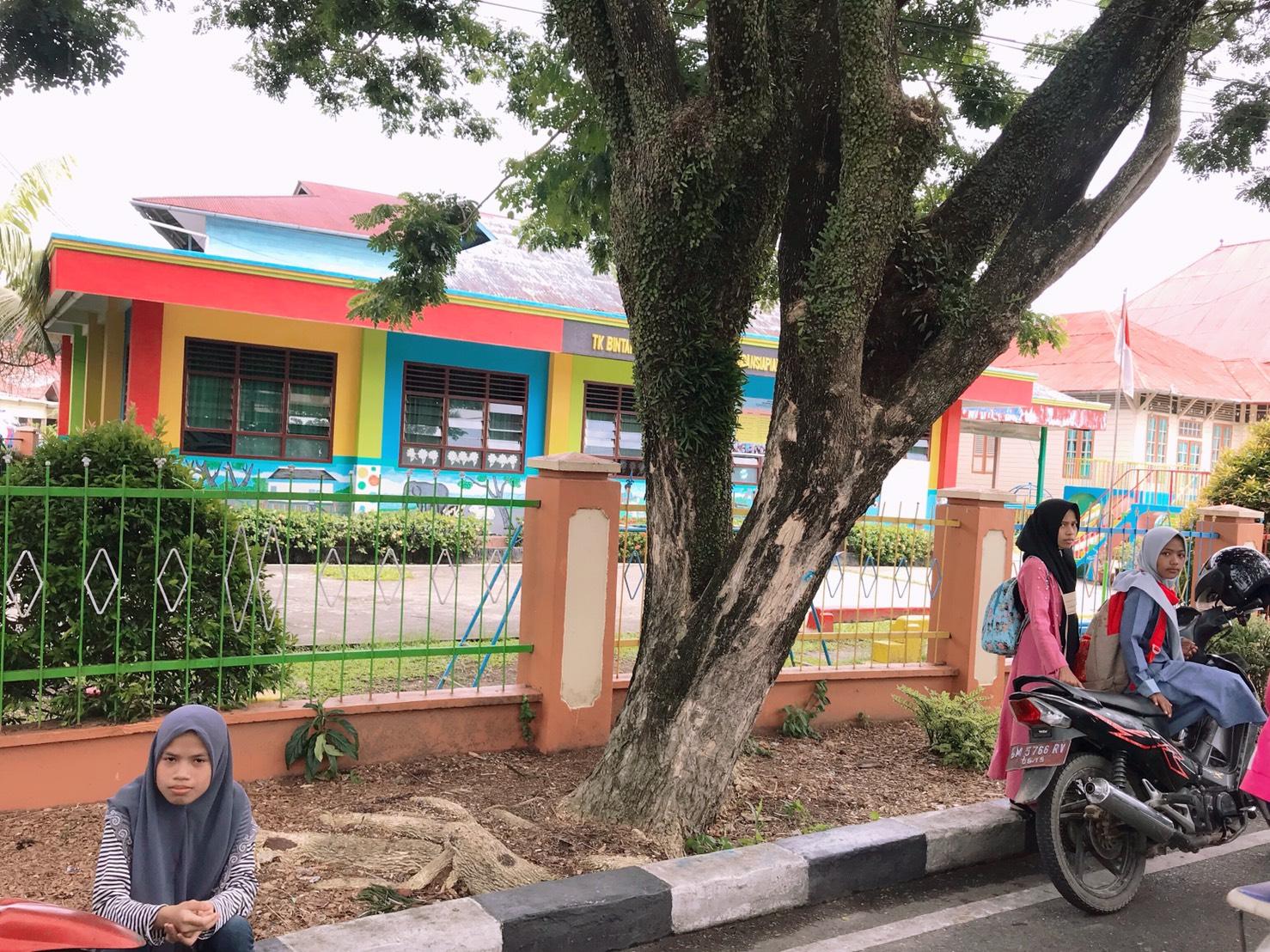 ▲原本以為偏遠的印尼小村莊沒有什麼人認識他們,想不到隨處都有人跟他們打招呼。