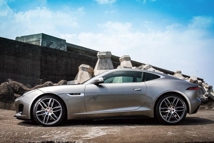 纖合度的車身線條,再加上長車頭、短車尾的經典設計,F-Type著實是現今會令人駐足觀望的一台雙門跑車。 版權所有/汽車視界