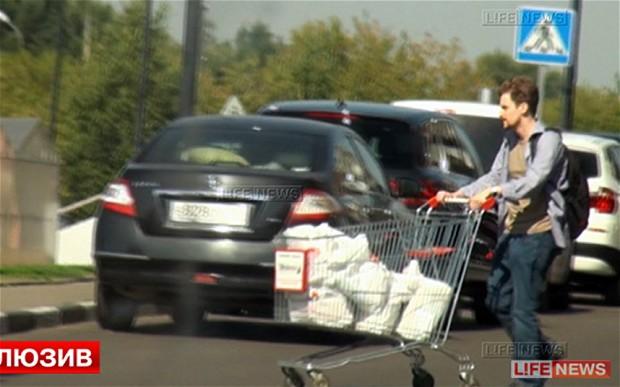 A man who looks like Edward Snowden pushing a shopping cart. (Photo: Russian media)