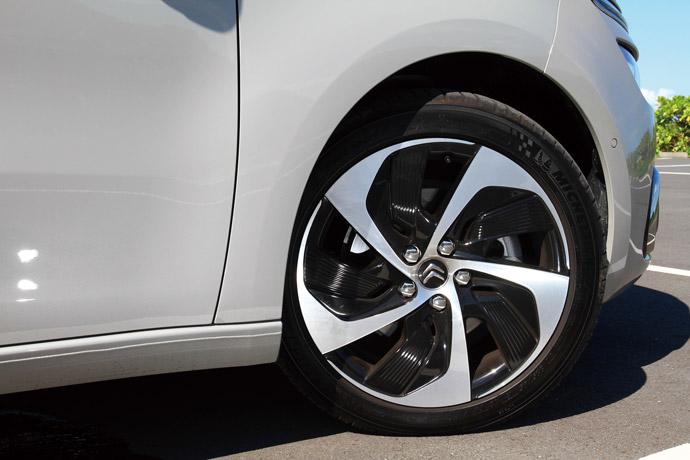 入門的feel車型標配17吋雙色鋁合金輪圈。 版權所有/汽車視界