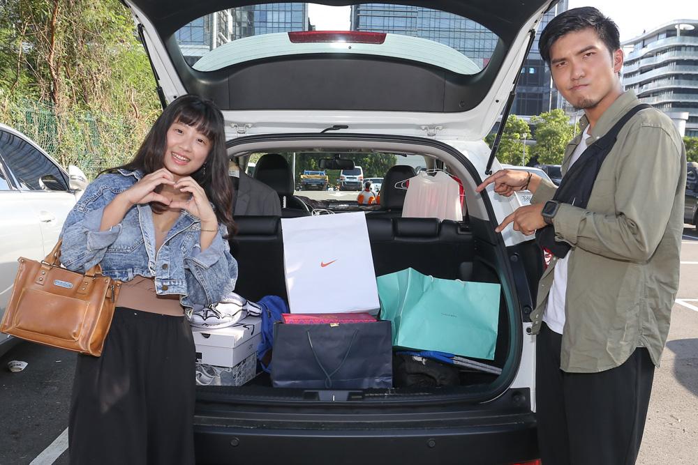 這兩位情侶剛好把剛才的血拼戰利品放到車內,就剛好被納豆與小葉捕獲了!