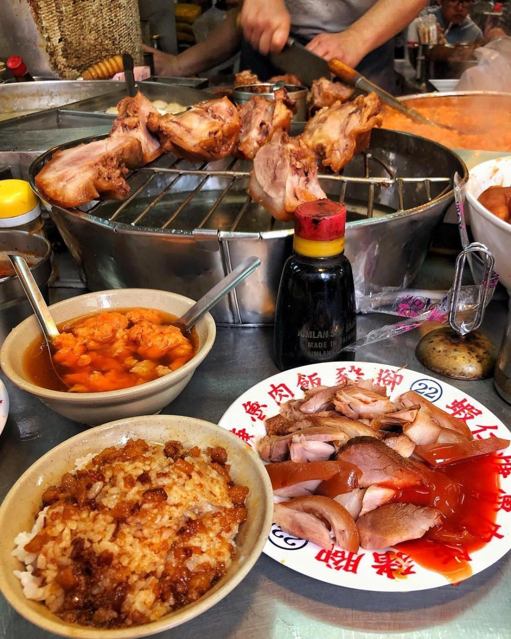 不少人從小吃到大的記憶美味,豬腳、滷肉飯和蝦仁羹是黃金組合。