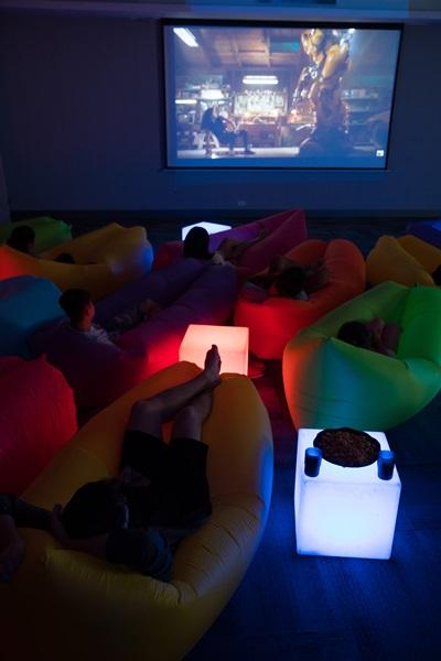 超愜意的懶人沙發電影院。攝影/李文欽