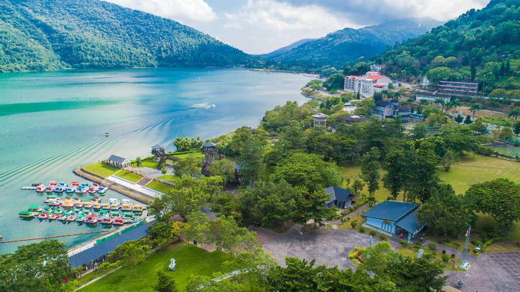 鯉魚潭設有長約5公里的環潭自行車道,不論是騎車或是步行都能將優美的湖光山色盡收眼底。圖/花東縱谷國家風景區