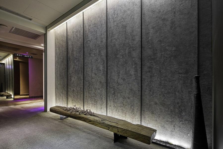 梯廳造型端景牆呈低調沉穩質感。攝影/張晨晟