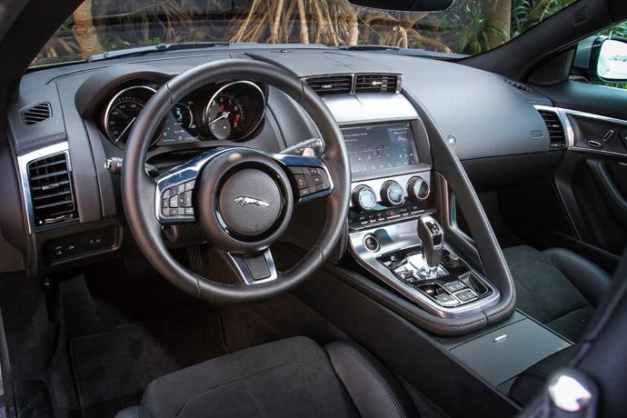 車室整體以深色為基底,並交互運用上軟質塑料、皮革、金屬飾板鋪陳,洋溢低調奢華氣息。 版權所有/汽車視界