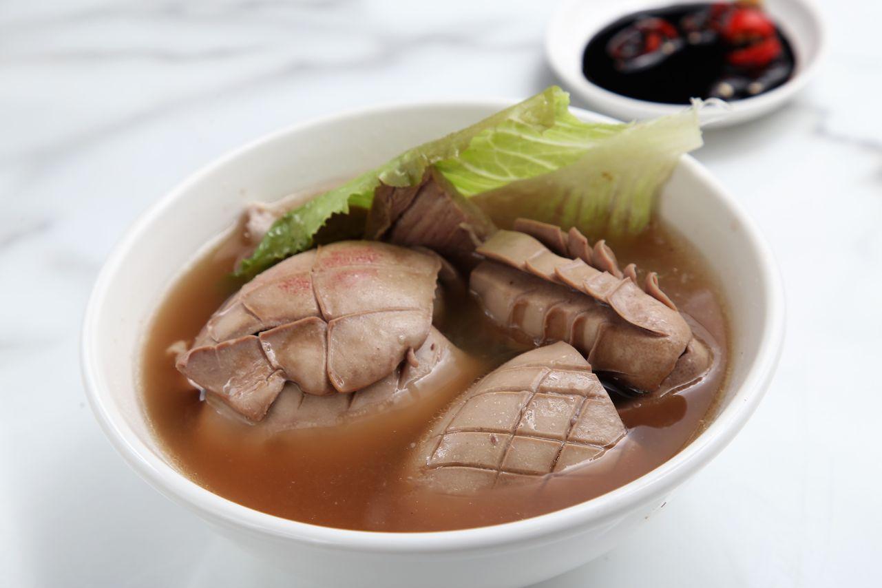 「發起人」肉骨茶創辦人蔡水發認為台灣豬肉比新加坡更出色,因為新加坡只能使用馬來西亞冷凍豬肉,台灣豬肉卻是溫體豬,新鮮程度有別外,台灣白豬的內臟乾淨沒有腥羶味,讓他十分讚許。(招牌豬腰湯,180元)