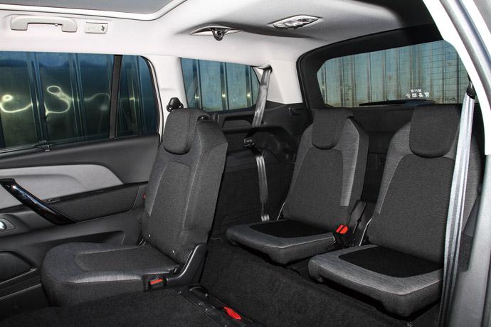 第三排僅設置兩張面積較小之獨立座位。 版權所有/汽車視界