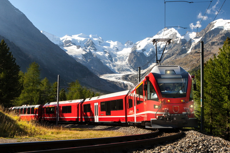圖/火紅車身像是瑞士的識別色,以慢板的車速,穿梭在綠與白的大自然之間。