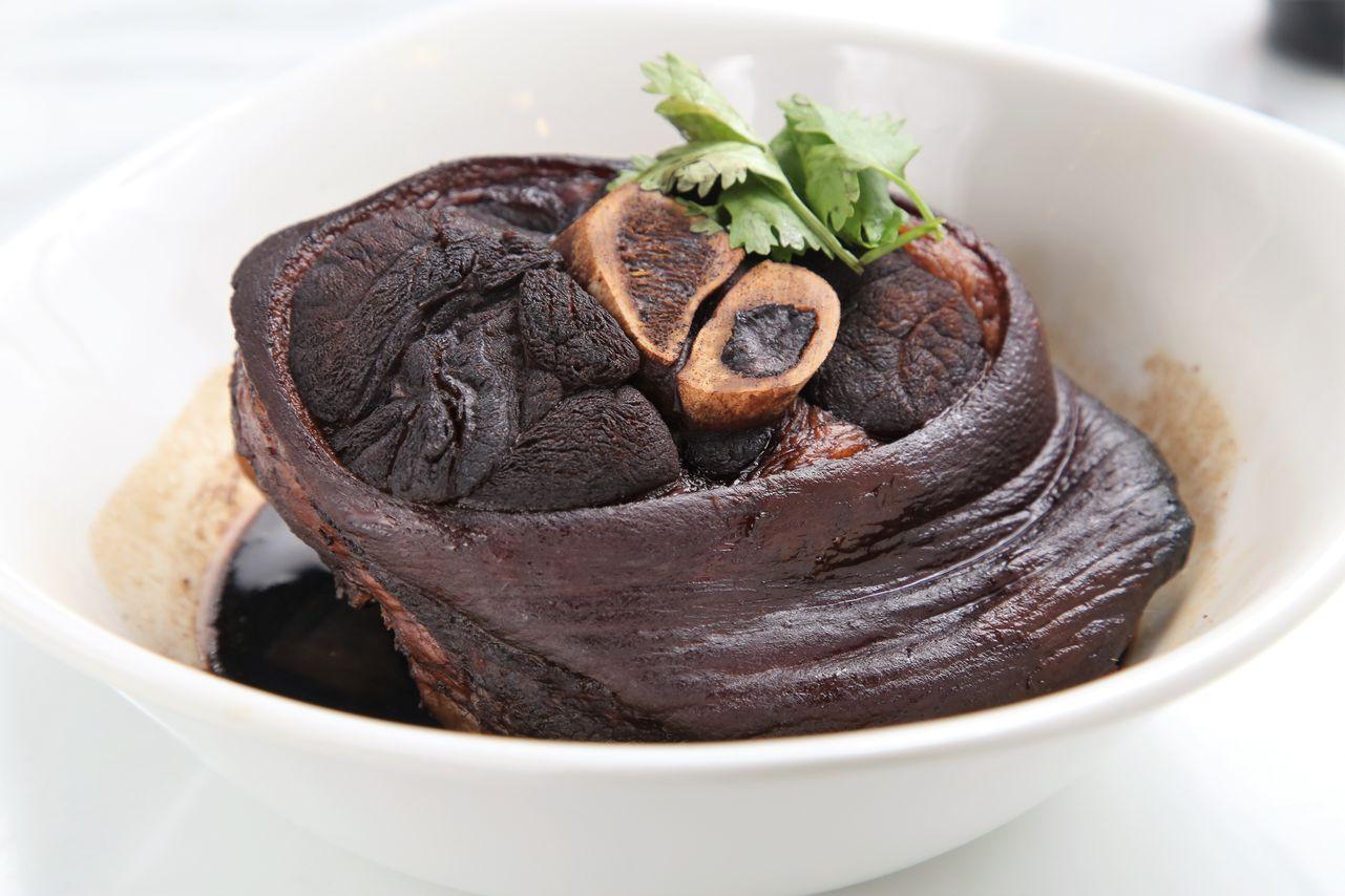 「滷豬腳」也是到新加坡吃肉骨茶的必點菜色之一。(星城滷豬腳,200元)