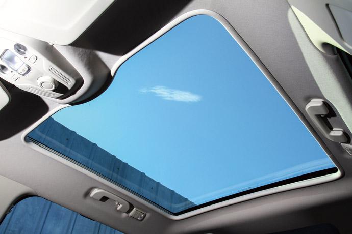 全景天窗具備便利調節的多段開啟及關閉功能。 版權所有/汽車視界