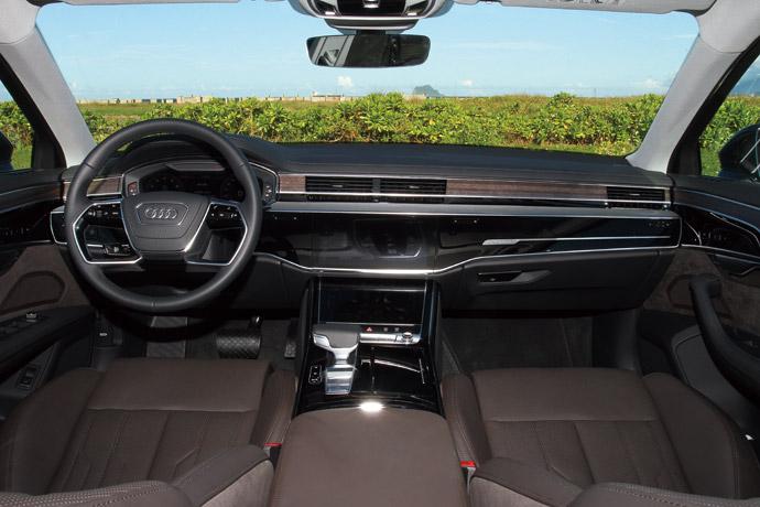 優雅高貴的車室內裝,以極簡主義達到俐落沉穩風格。 版權所有/汽車視界