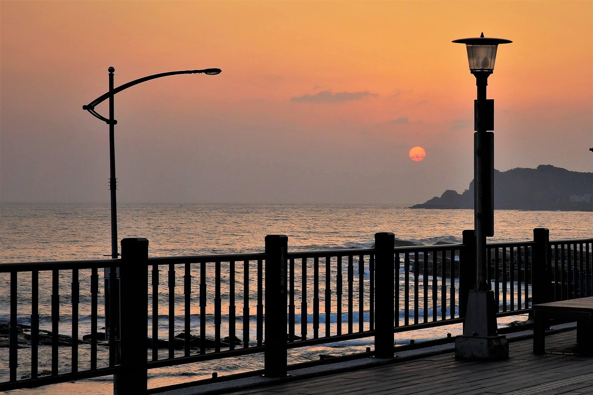 八斗子車站月台與蔚藍海洋僅相隔一條馬路的距離。圖/基隆旅遊網臉書粉絲專頁
