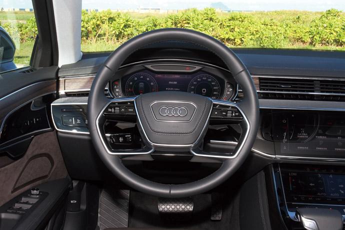 握感良好的真皮多功能方向盤,左下方有ACC控制桿。 版權所有/汽車視界