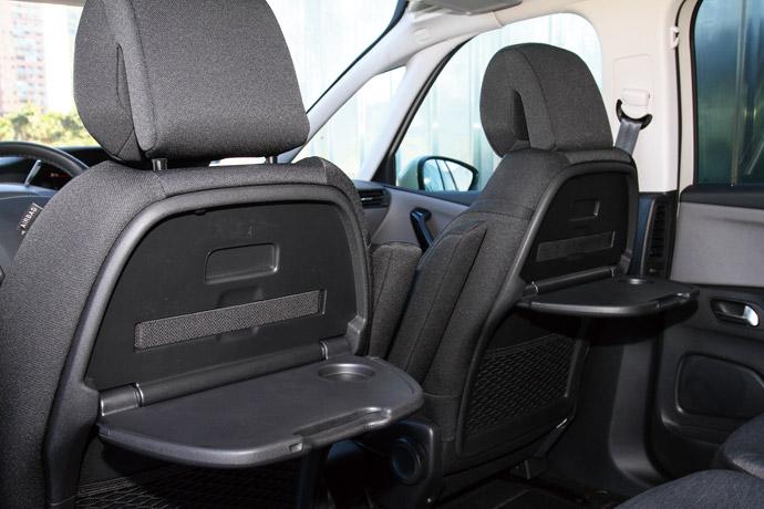 前排椅背設有餐桌板供第二排乘員使用。 版權所有/汽車視界