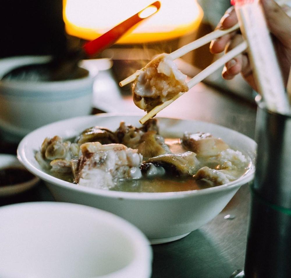 專業老饕推薦的必吃攤位,燉煮成乳白色的紀家豬腳。