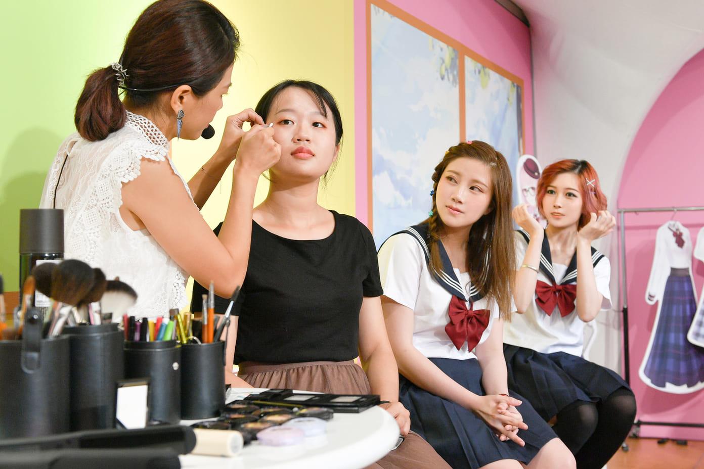 ▲玩家認真上課,學習暖暖的妝髮造型。