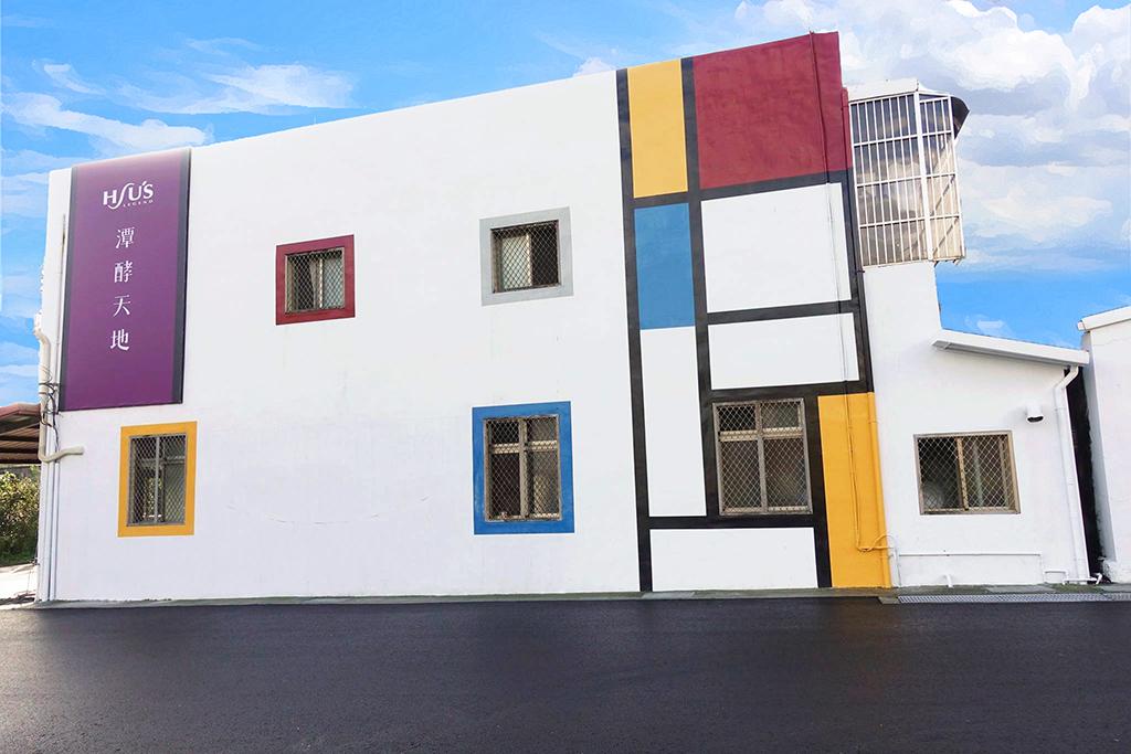 潭酵天地建築外觀採用蒙德里安幾何藝術牆,是網美熱門打卡點。圖/宜蘭勁好玩