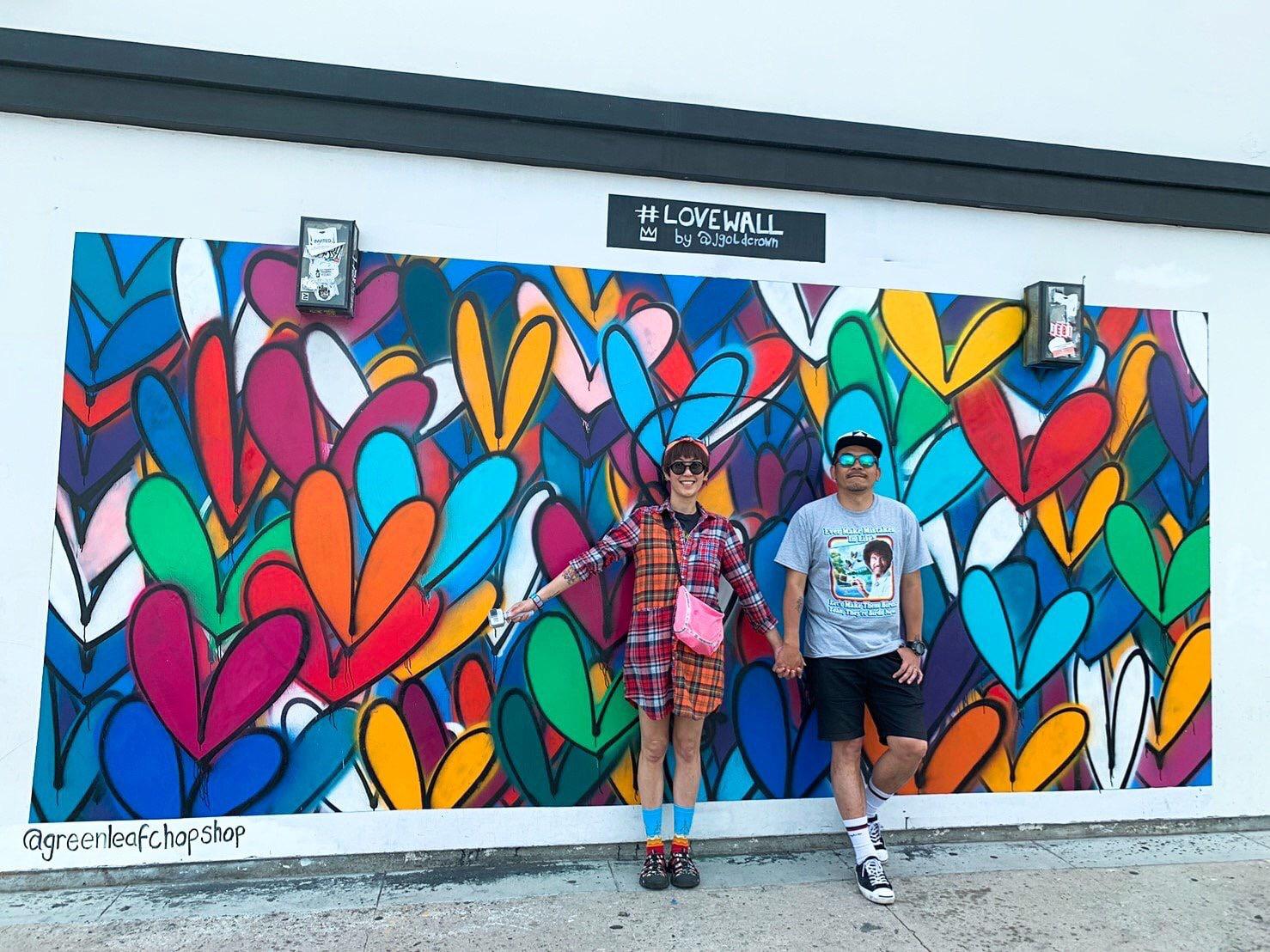 ▲喜歡塗鴉藝術的他們,這次也找到天使的翅膀,還有幾面特色的塗鴉牆拍照。