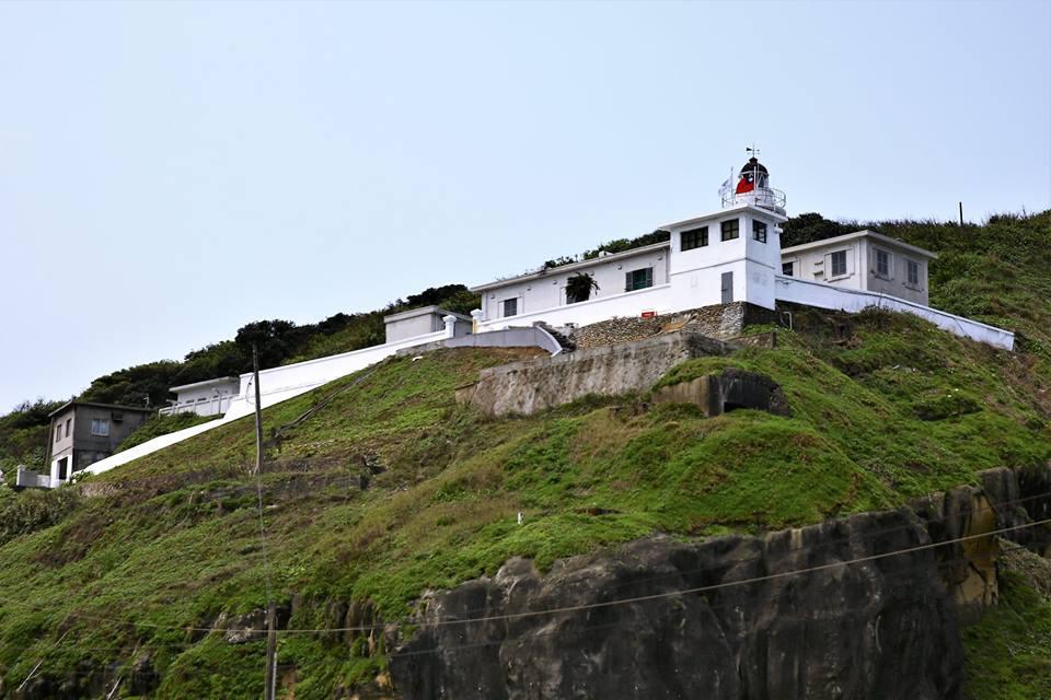 基隆燈塔全白圍牆與燈塔散發濃濃異國風情,可以眺望無邊的湛藍大海。圖/基隆旅遊網臉書粉絲專頁