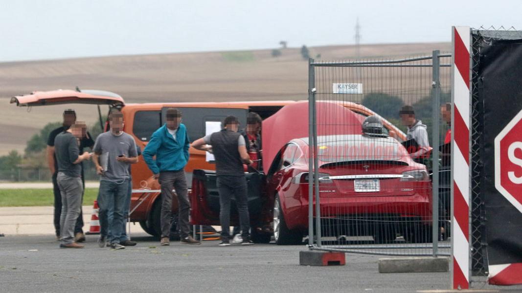 圖/國外網站攝影師已在紐柏林賽道附近拍到Tesla Model S正在進行初步測試。
