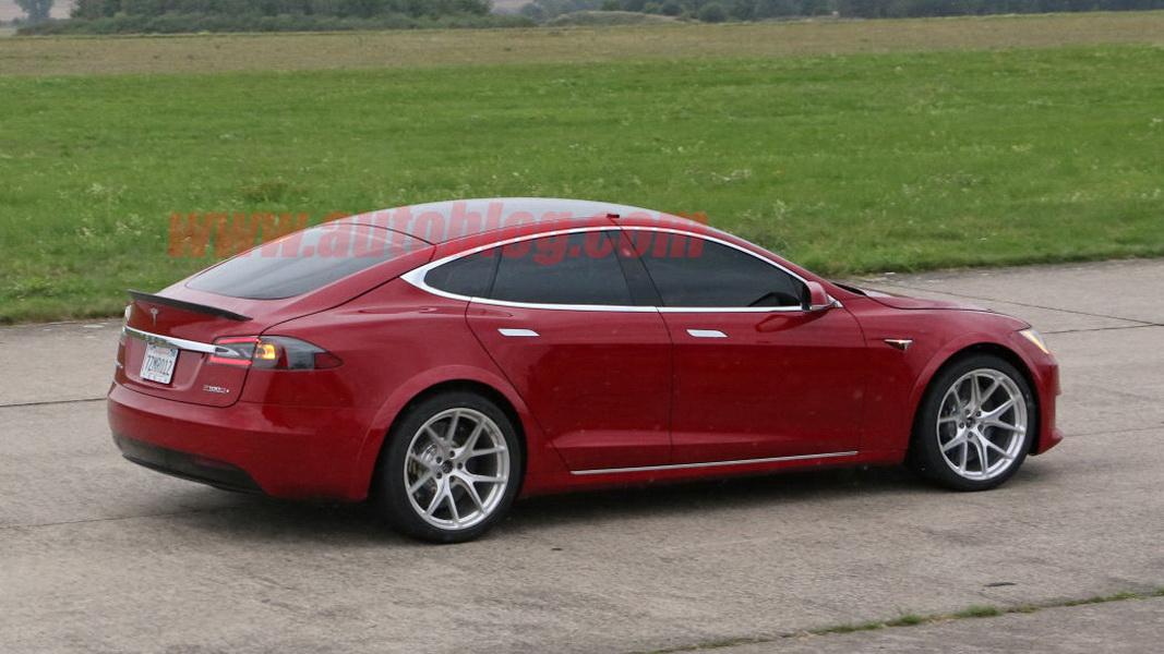 圖/目前正在紐柏林賽道測試的Tesla Model S P100D,採用專為競速打造的Michelin Pilot Sport Cup 2 R輪胎,為的就是能跑出好成績。 想在挑戰紐柏林挑戰有好的表現,許多至車多少都會最些改