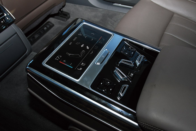 5.7吋可拆卸OLED觸控後座控制平板,可調整全車功能。版權所有/汽車視界