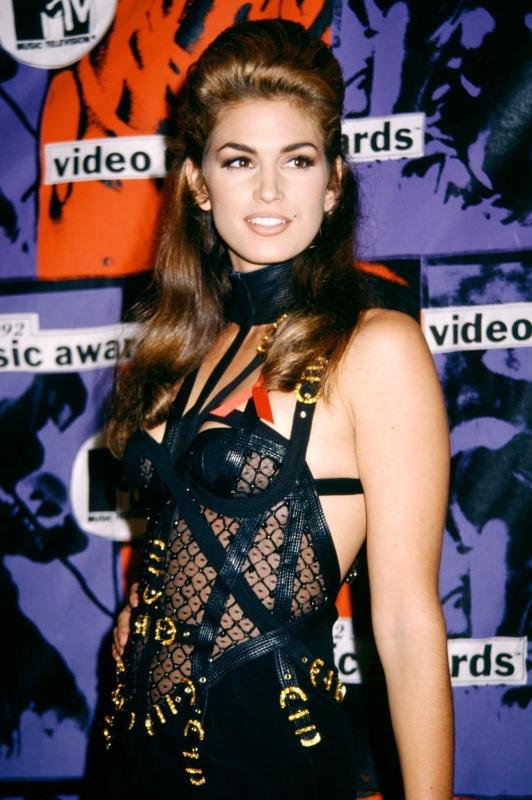 Kaia Gerber生日上穿著的造型靈感來自母親辛蒂克勞馥在1992年的穿著。(截自Versace IG)
